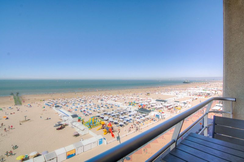 5p (2adults + 3kids) holiday suite with a sea view from the balcony along the coast in Blankenberge