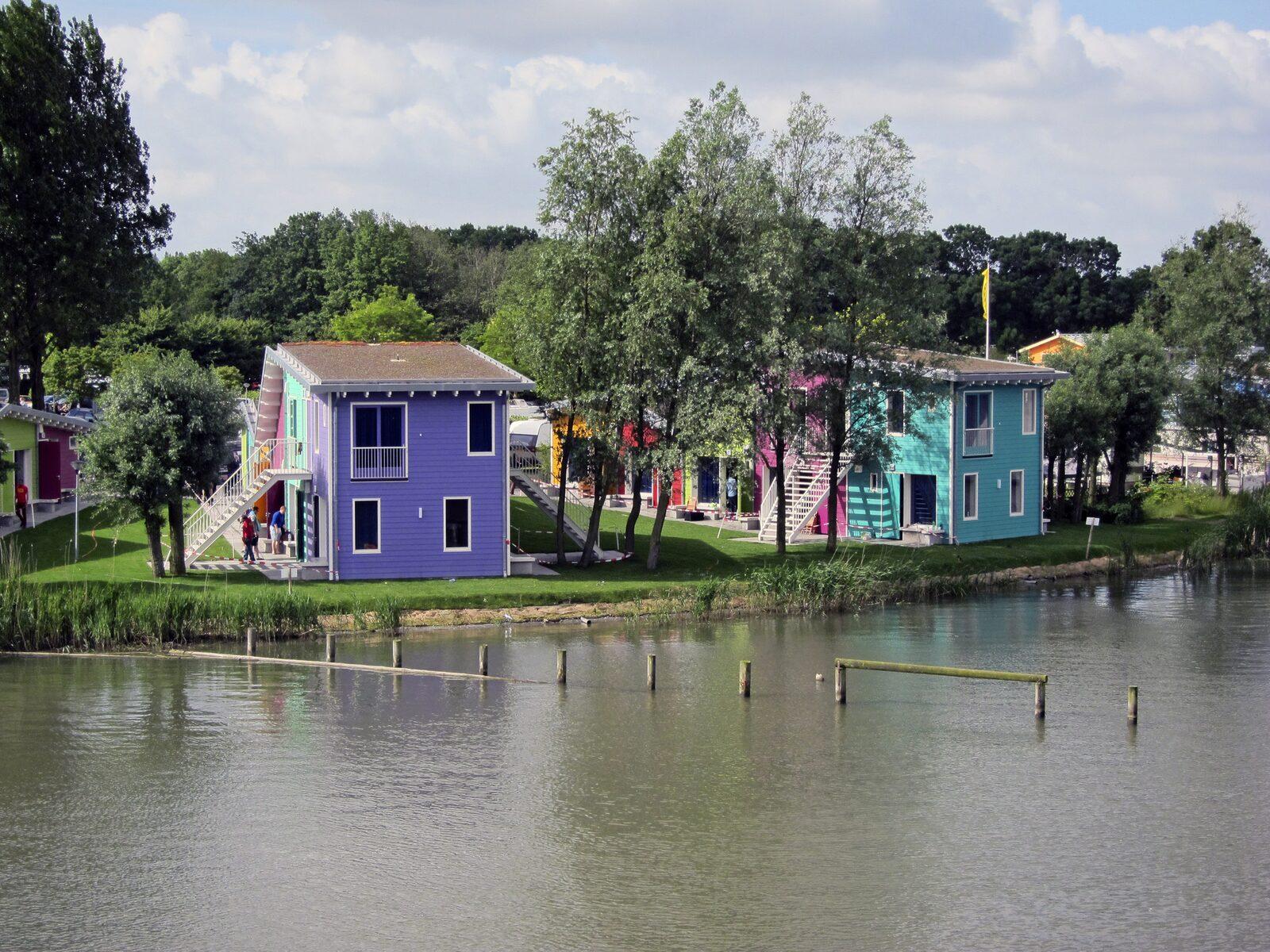 Ein Eco-Cabin für 2 Personen und ein Eco-Cabin für 4 Personen übereinander am Wasser