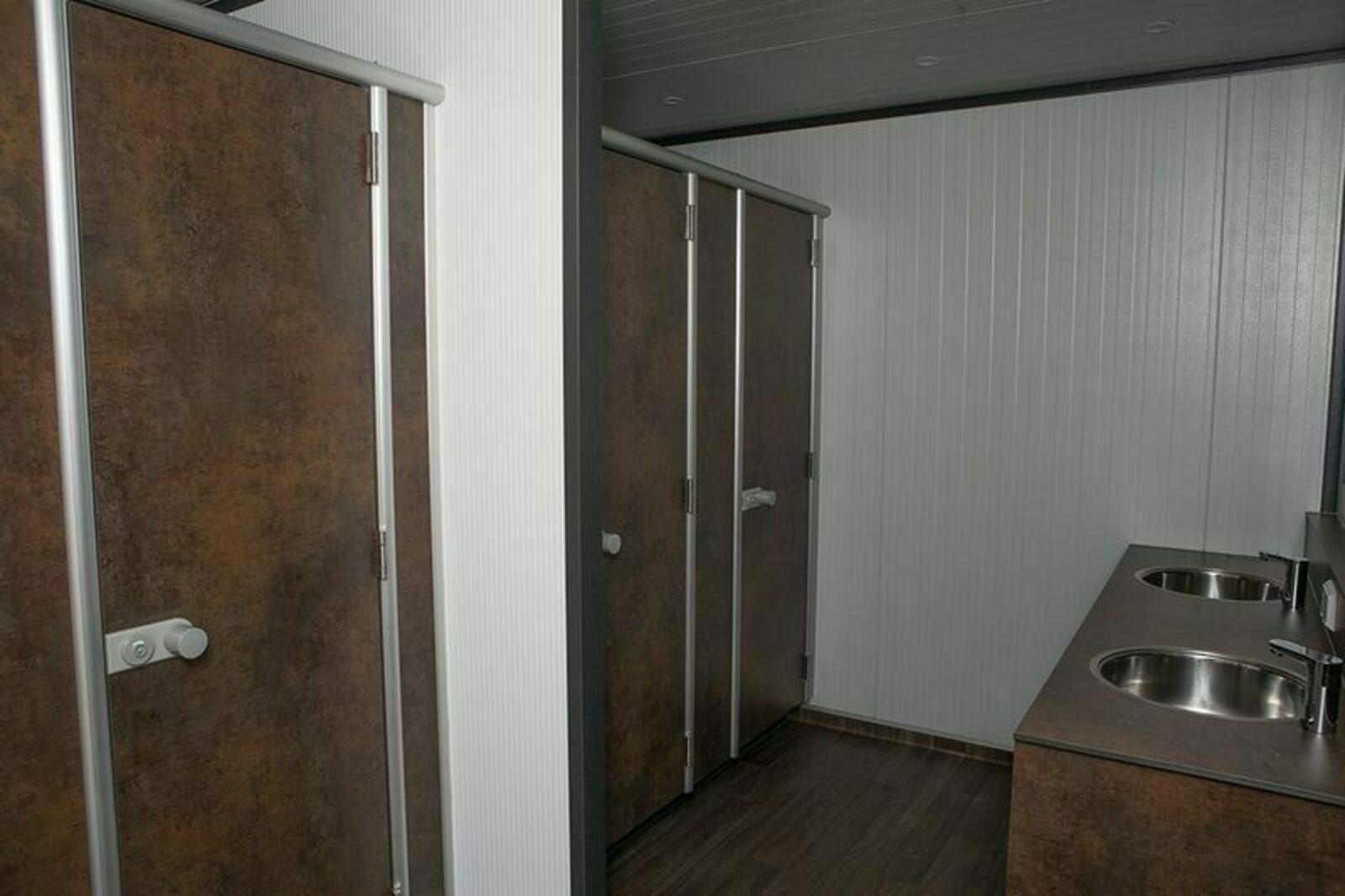 Kampeerplaats met privé sanitair in toiletgebouw