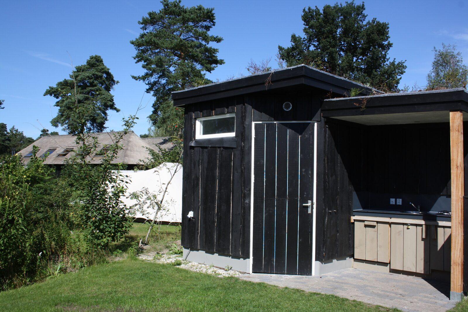 Kampeerplaats met Privé sanitair en buitenkeuken