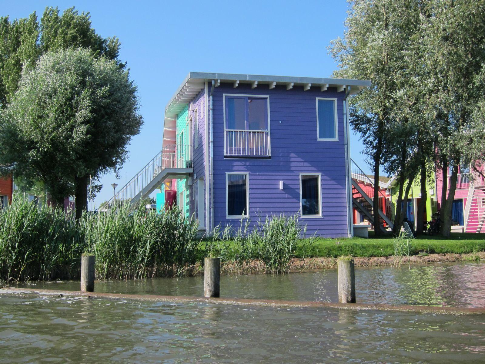 2 x ein Eco-Cabin für je 2 Personen nebeneinander am Wasser